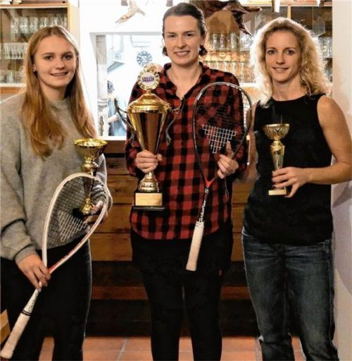 Siegerehrung bei den Damen: Gewinnerin Kathrin Hauck (Mitte) mit Finalistin Katerina Tycova (links) und Silvia Schnellrieder.