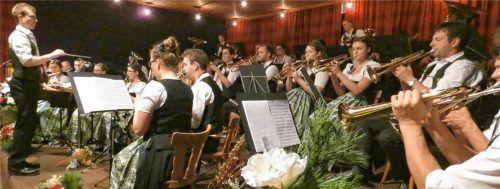 Die große Hochstätter Musi mit Dirigenten Marinus Häusler beim Unterhaltungsabend im Gasthaus Kapsner.Foto Greiner