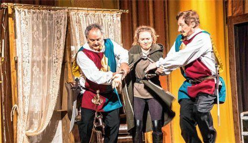 Die strengen Wachen (von rechts) Rainer Annuscheit und Bernhard Thalhammer führen Lilly (Rebecca Nicolai) ab.