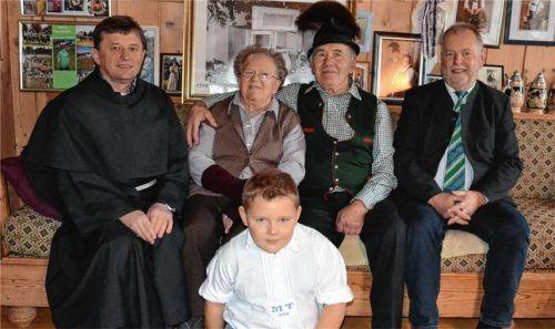 Kein alltägliches Jubiläum: Maria und Heinrich Thusbaß sind seit 60 Jahren verheiratet. Glückwünsche überbrachten Pater Christoph (links) und Bürgermeister Sebastian Forstner (rechts); vorne Enkel Andreas.Foto Niessen