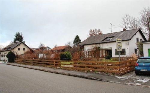 Anstatt des älteren Zweifamilienhauses können laut Bauausschuss mittelfristig im Verlauf der Gottlob-Weiler-Straße acht neue Wohnungen in einem Mehrfamilienhaus realisiert werden. Foto Neuwirth