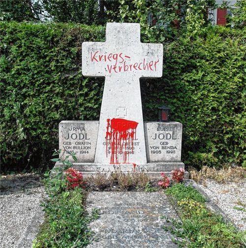 Die Gedenkstätte im gemeindlichen Friedhof auf der Fraueninsel, die an Alfred Jodl (1890-1946) erinnert, war in der Vergangenheit Ziel von Aktionen des Künstlers Wolfram Kastner aus München. Foto  re