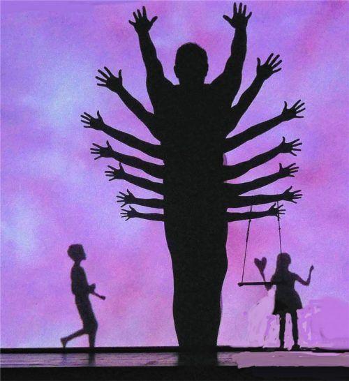 Die Tänzer malten mit ihren Körpersilhouetten Schattenbilder auf die Bühne. Foto Jacobi