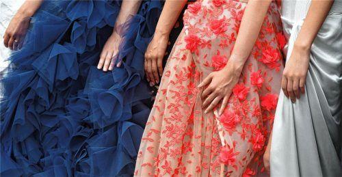 Mit dem Start in die Rosenheimer Ballsaison stellt sich für viele die Frage nach dem perfekten Kleid. Mit Rot und Navi-Blau sowie Spitzen liegt Frau laut Experten dieses Jahr richtig. Foto dpa