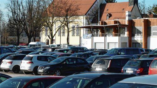 Schon vor 25 Jahren wurde über das Aufstellen von Parkscheinautomaten auf der Loretowiese diskutiert. Der damalige CSU-Fraktionsvorsitzende Adolf Dinglreiter meinte, im Sommer 1993 sei es wohl so weit. Darüber diskutiert wird bis heute, aber das Parken ist immer noch kostenfrei. Foto bi