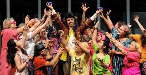 Von wegen nur Singen: Der Festivalchor ist bei den Immling-Inszenierungen voll ins Bühnengeschehen mit einbezogen.Foto  re