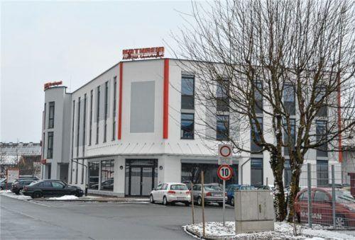 """Das ganze Gewerbegebiet, das auch unter dem Namen """"Kathrein Austria Gewerbepark"""" firmiert, wird vom bekannten roten Schriftzug des Unternehmens dominiert. Foto mw"""