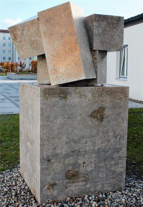 Der wohl jüngste öffentliche Brunnen in Rosenheim befindet sich seit Anfang Juli 2017 auf dem Pfarrplatz von St. Hedwig. Geschaffen hat die minimalistische Quaderskulptur der Kiefersfeldener Bildhauer Toni Stegmayer.Foto fck
