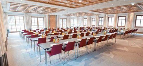 Helle Räume mit viel Tageslicht erwarten die Teilnehmer in den Tagungsräumen im Golf Resort Achental.
