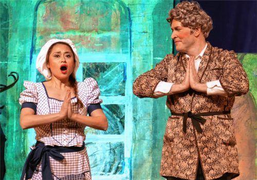 Köchin Gertrude (Kayo Hashimoto) übt mit ihrem Herrn das Opernsingen, statt Truthähne zu braten. Foto Janka