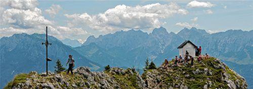 Paradies für Urlauber: Wanderer legen an der Gipfelkapelle des Brünnsteins bei Oberaudorf eine Rast ein. Foto dpa