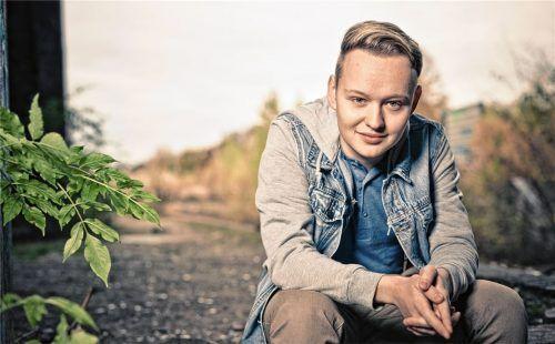 """Produzent, Regisseur, """"Mädchen für alles"""": Sebastian Schindler (21) aus Soyen hat die 50-minütige Komödie """"Ein Dorf steht Kopf"""" mit einem Minibudget auf die Beine gestellt.Foto  Michael Denz"""