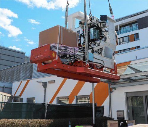 Mit Hilfe eines Krans werden Geräteteile des insgesamt über zehn Tonnen schweren Linearbeschleunigers eingehoben. Foto MVZ am Klinikum Rosenheim GmbH