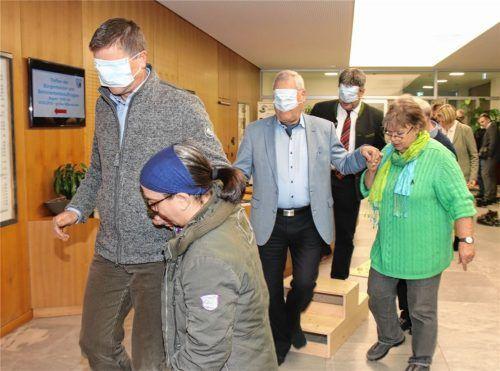 Mit verbundenen Augen durchschritten viele Bürgermeister und Behindertenbeauftragte vor Beginn der Sitzung einen Hindernisparcours. Die Aktion sollte dazu beitragen, sich stärker mit den Problemen blinder Menschen vertraut zu machen.Foto re