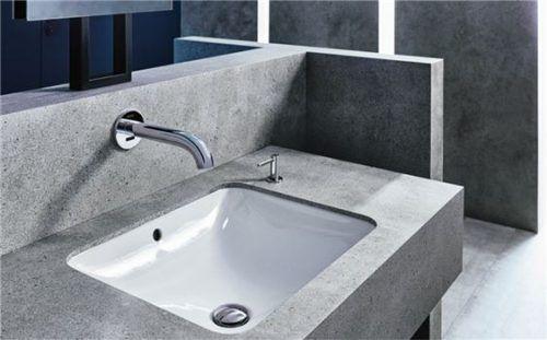 Saubere Lösung: Unterbauwaschtische bieten die Möglichkeit zur Gestaltung von Waschplätzen mit großen, unterbrechungsfreien Ablagen. Foto rgz/Geberit