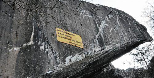 """""""Vorsicht Lebensgefahr!"""": Die Warnschilder am Bunkerbogen im Mühldorfer Hart sind in die Jahre gekommen. Durch die neuen Erkenntnisse zu Kampfmitteln und Altlasten im Boden erhalten sie neue Aktualität.Foto ha"""