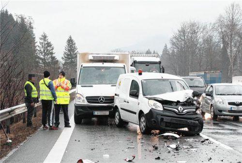Wegen eines Unfalls mit fünf Fahrzeugen bei Achenmühle kam es gestern früh auf der Autobahn Richtung München zu erheblichen Behinderungen.Foto reisner
