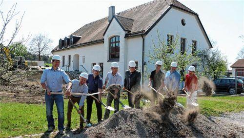 Für den symbolischen Spatenstich legten Bürgermeister Georg Weigl und seine beiden Vertreter Martin Lurz und Heinz Speiser sowie die Vertreter der beteiligten Firmen kräftig Hand an. Damit ist die Baustelle auch offiziell eröffnet. Fotos Stache