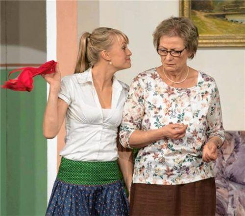 Jenny (Katrin Wallner), die neue Freundin vom Sohn des Hauses, schnappt Margit Wasmer (Irmi Furtner) den BH weg. Fotos Berger