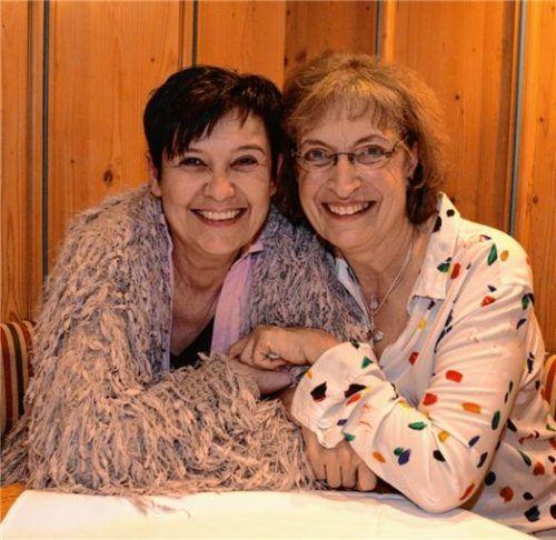Kontinuität im Verein ist garantiert: Die neue Vorsitzende des Vereins Silberstreifen, Sabine Kuhn (links), mit Barbara Pömsl, die nach 19 Jahren den Vorsitz aufgegeben hat. Foto Thomae