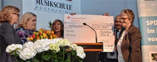 Mit 1000 Euro dotiert ist der Sozialpreis der SPD-Fraktion im Bezirkstag. Natascha Kohnen, Preisträgerin Katrin Hennig, Helga Hügenell, Mike Malm und Elisabeth Jordan (von links) bei der Scheckübergabe.Foto schlecker