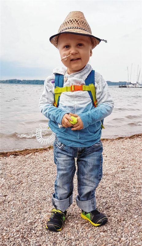 Ausflug an den See: Trotz seiner schweren Krankheit kann der kleine Raphael derzeit viel Zeit mit seiner Familie verbringen. Foto re
