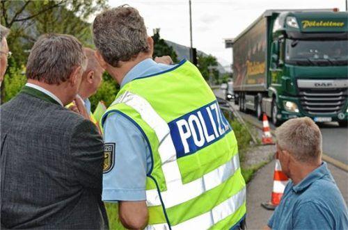 Blickrichtung Verkehr: Ein Polizist schildert dem Innenstaatssekretär, wie die Kontrollen an der deutsch-österreichischen Grenze bei Kiefersfelden ablaufen.
