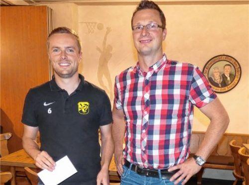 Engagiert auf dem Platz: Abteilungsleiter Alexander Hefele (rechts) zeichnete Christoph Kremser für 200 Spieleinsätze für den TuS Großkarolinenfeld aus. Foto gr