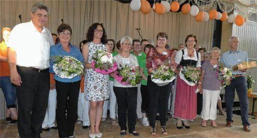 Mit Blumensträußen bedankte sich Bürgermeister Bernd Fessler bei Marianne Dußmann, Claudia Albert, Christine Boos, Astrid Horack, Lilo Wallner und Hermine Hammer. Peter Daum bekam ein süßes Geschenk (von links). Foto Greiner