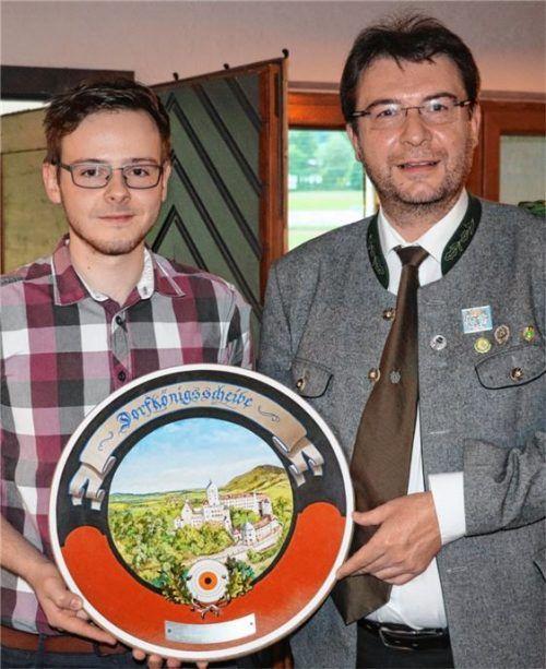 Neuer Dorfschützenkönig: Alex Thanhäuser (links), der die Siegerscheibe von Schützenmeister Franz Kiesmüller junior überreicht bekam. Foto reh
