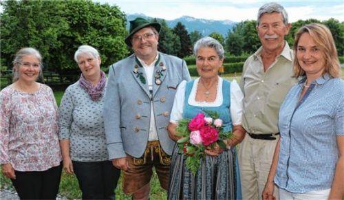 Viele Gratulanten für die Jubilarin (von links): Lisi Huber, Christine Osterhammer, Peter Voggenauer, Erika Breitrainer, Ludwig Meier und Anita Aicher.Foto Rehberg