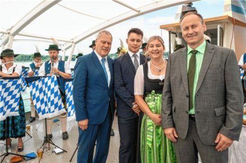 """Als """"ehrenamtsfreundlicher Betrieb"""" geehrt: die Priener Firma Fischer Formtechnik von Gerhard Fischer (rechts aussen) hier mit Ehefrau Angie, Sohn Julian und Hans-Jürgen Schuster, dem Zweiten Bürgermeister von Prien."""