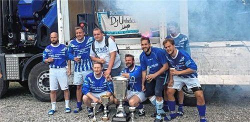Ein Turnier, vier Pokale: Dass die Neumarkter Löwen-Fans auch gut kicken können, bewiesen sie beim Turnier in Südtirol.Foto re