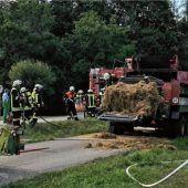 Strohballenpresse geriet auf B15 in Brand