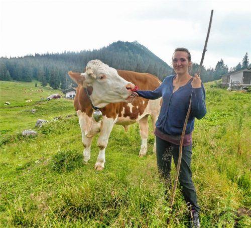 Hat nicht nur mit den Kühen, sondern auch mit der Sennerin auf der Nachbarsalm schnell Freundschaft geschlossen: Andrea Neuwieser. Foto Hötzelsperger