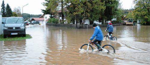 """""""Land unter"""" herrschte in noch nie dagewesener Weise am 23. Oktober 2014 in Thansau. Inzwischen hat die Gemeinde Rohrdorf viel Geld in die Hochwasserfreilegung investiert. Diese Schutzmaßnahmen beutet nach Ansicht des Gemeinderats nun die Autobahndirektion Südbayern bei der Entwässerungsplanung für den geplanten Ausbau der A8 aus. Foto pilger"""