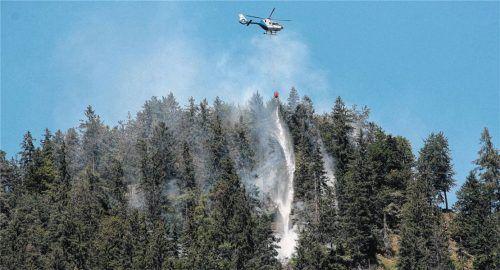 Unwegsames Gelände:  Weil der Brandherd fußläufig nicht erreichbar war, konnten die Löscharbeiten ausschließlich aus der Luft vorgenommen werden. Fotos Reisner