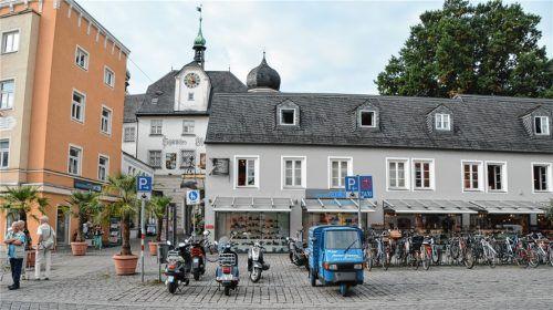 Das Schuhhaus Reindl mit dem markanten Schieferdach, erstellt vor über 200 Jahren, ordnet sich dem Mittertor beim Blick vom Ludwigsplatz aus unter. Foto : Weymar