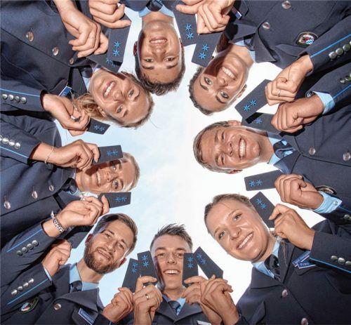 Die gerade ernannten Polizeimeister präsentieren stolz ihre neuen Schulterstücke.Foto re