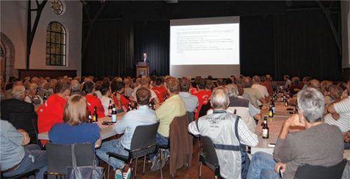 Einer spricht, alle hören zu: Rund 200 Bürger waren zur Infoveranstaltung, zu der die Gemeinde in die Festhalle Hohenaschau eingeladen hatte, gekommen. Foto Weinzierl