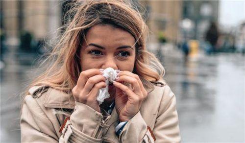 Kaltes Wetter draußen und trockene Heizungsluft drinnen bieten perfekte Bedingungen für Erkältungsviren. Foto djd/Functional Cosmetics Company AG/bernardbodo - stock.adobe.com