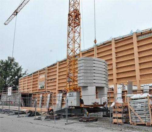 Schon deutlich sind die Dimensionen der neuen Comenius-Turnhalle zu erkennen. Zwischen Stahlbeton-Stützen werden hölzerne Seitenelemente eingebaut. Foto  ha