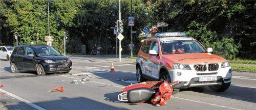 Zusammenstoß im Kreuzungsbereich: 20-jährige Rollerfahrerin schwer verletzt