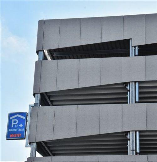 """Das """"Besetzt""""-Zeichen täuscht: Das Parkhaus am Bahnhof eröffnet erst am kommenden Montag.Foto  Schlecker"""