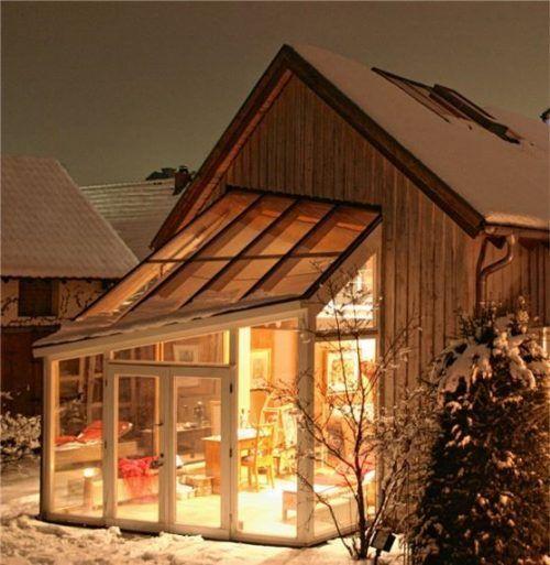 Die großen Glasflächen eines Wintergartens sorgen dafür, dass man auch im Herbst und Winter das Gefühl hat, draußen zu sein. Foto  djd/Wintergarten Fachverband e.V.