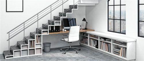 Jede Nische nutzen: Mit Regalbrettern und Tischplatten lässt sich die Fläche unter der Treppe zum Wohnen nutzen, zum Beispiel als Arbeitsplatz. Festen Halt erhalten die Möbel, indem sie mit Dübeln an der Wand fixiert werden. Foto  shutterstock.com/photographee.eu