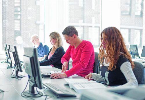 Jugendliche und Erwachsene können sich im neuen Ausbildungsberuf für den boomenden Onlinehandel ausbilden beziehungsweise umschulen lassen. Foto djd/DAA Deutsche Angestellten-Akademie GmbH