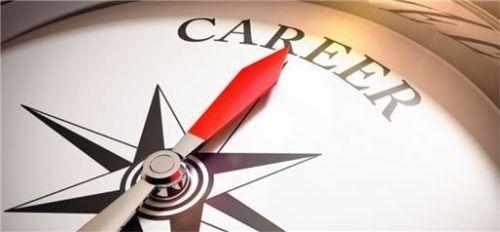 Mit einem Dualen Studium Richtung Karriere: Die Studierenden erhalten mit ihrem Abschluss einen akademischen Grad und können damit auch ein weiterführendes Masterstudium im In- und Ausland aufnehmen.
