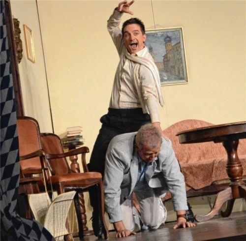 Voller Körpereinsatz: Mit Schauspielschüler Ladislaus Locker (Florian Schrei) geht offenbar der Gaul durch. Er reitet auf Karl Wildbichler (Robert Mayr). Foto Sieberath