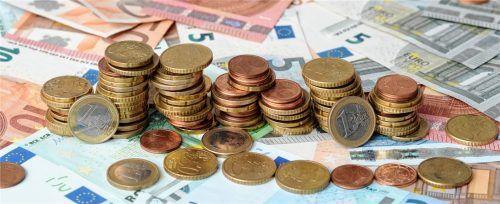 Was landet zum Schluss in der Kasse? Die Gehaltsabrechnung listet genau auf, welche Abzüge vom Bruttogehalt gemacht werden. Foto picture alliance/Tobias Hase/dpa